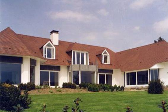Cette photo représente une maison équipée de verres chauffants