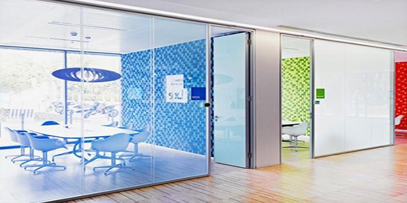 Le vitrage opacifiant permet de choisir entre intimité, confidentialité et transparence, tout en profitant des bienfaits de la lumière du jour.