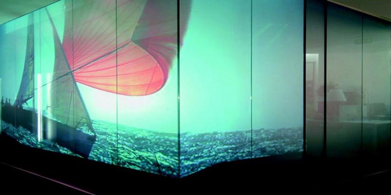 Dans son état translucide le vitrage opacifiant est un support original pour la projection de vidéos transformant ainsi le vitrage en un incroyable écran vidéo.